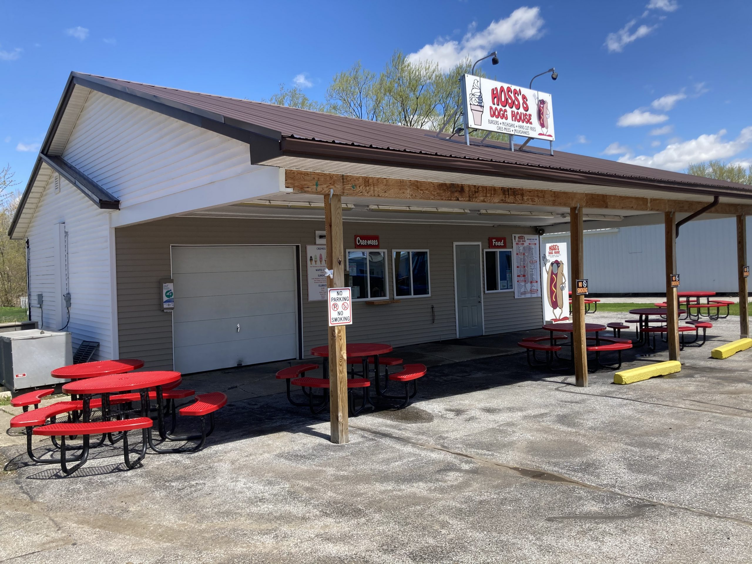 Hoss's Dogg House Snack Bar
